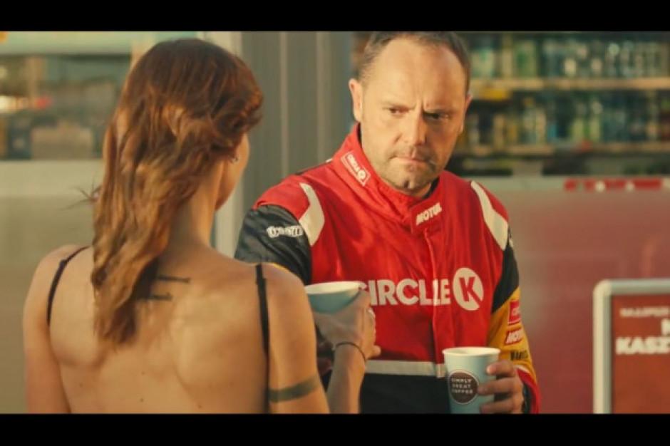 Rajdowcy promują hot-dogi i kasztanowe latte na stacjach Circle K