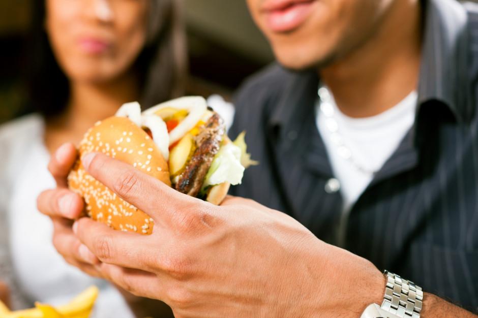 Amerykanie nadal uwielbiają fast food (raport NCHS)