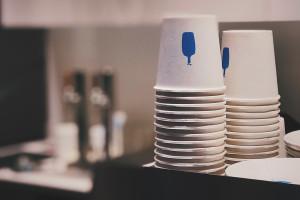 Żabka promuje ofertę kawiarnianą. Rozda 200 tys. kubków na darmową kawę