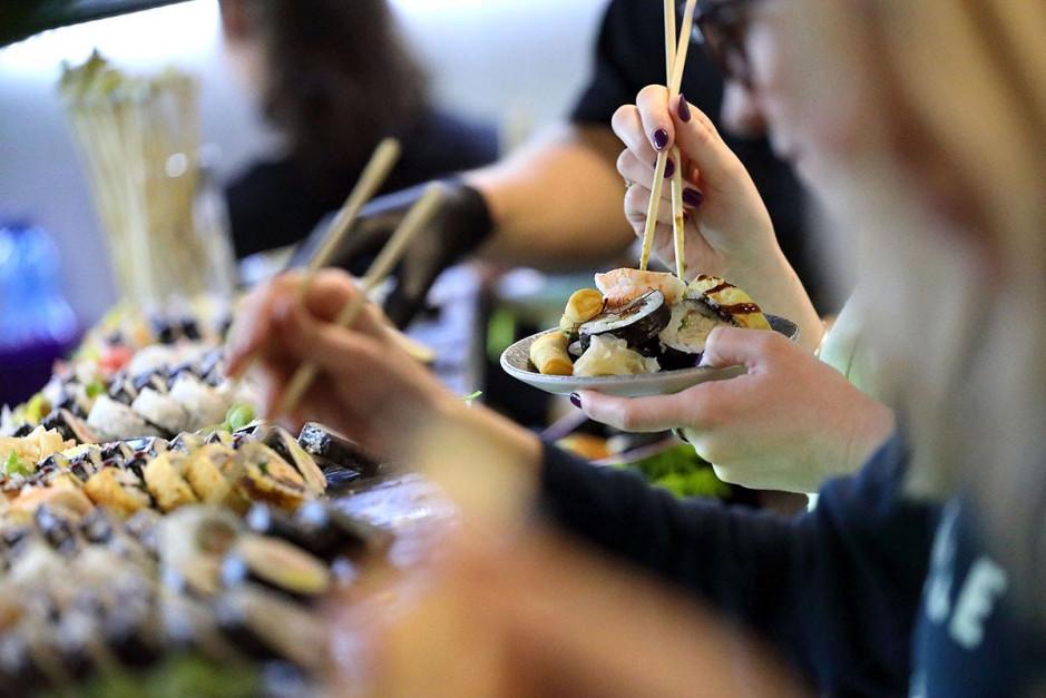Sushi lunch bufet w Koku Sushi: Płacisz 29 zł i jesz, ile chcesz. Ryzykowne?