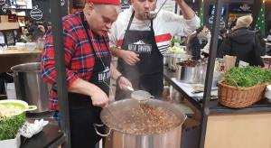 Jurek Sobieniak i Vienio gotują świąteczną zupę w Hali Gwardii