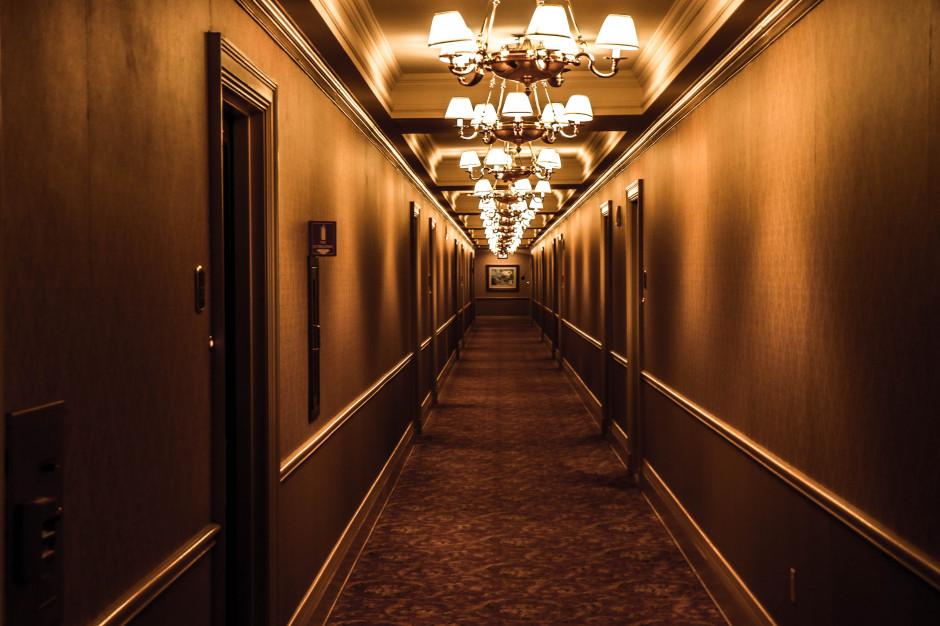 Turyści ukradli z hotelu kanapę i dwa krzesła