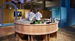 W Mediolanie zaprezentowano drewniany, intensywnie różowy bar w formie okręgu (zdjęcia)