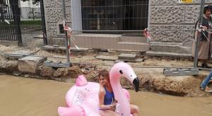 Łódź: Restauratorka protestowała pływając w kałuży na dmuchanym flamingu