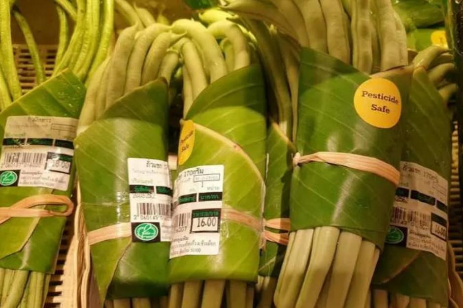 Liście bananowca zamiast plastiku w supermarkecie w Tajlandii