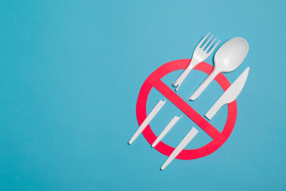 Tesco kończy z jednorazowymi sztućcami i talerzami w sklepowych restauracjach