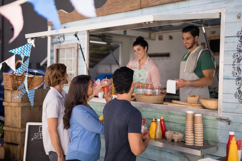 Food trucki z napojami z opłatą targową