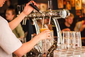 Kelner i barman - prace najczęściej podejmowane przez uczniów i studentów latem