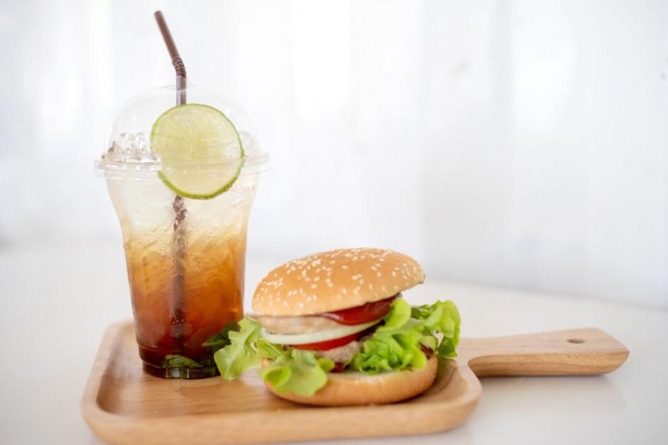 Mężczyźni o wiele częściej niż kobiety zamawiają posiłki z napojami