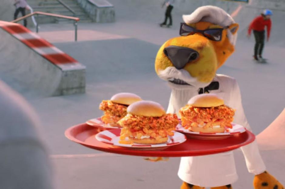 Chester Cheetah reklamuje kanapkę KFC z chrupkami Cheetos