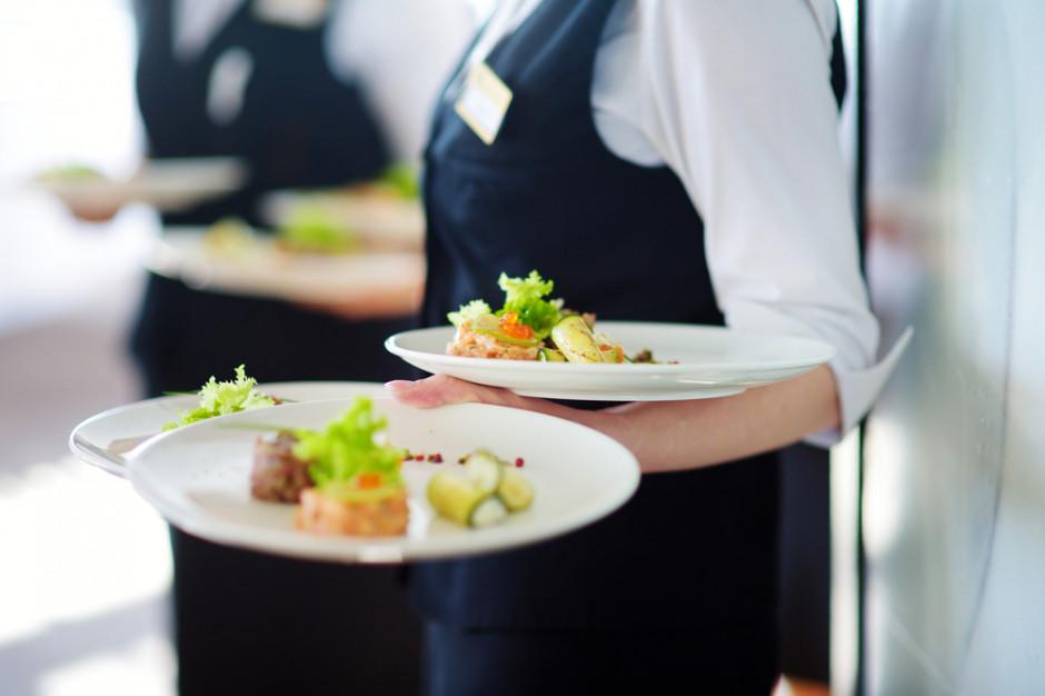 Klienci zamawiają, jedzą i uciekają. Płacą kelnerzy