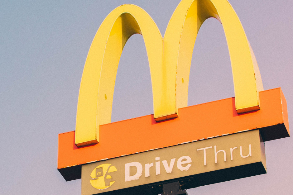 McDonald's w Szwecji w nietypowy promuje nową usługę ładowania pojazdów elektrycznych (wideo)
