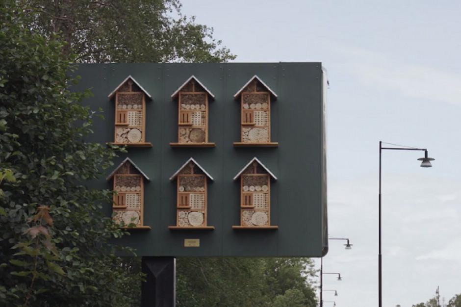McDonald's instaluje na billboardach z reklamami miniaturowe ule dla pszczół