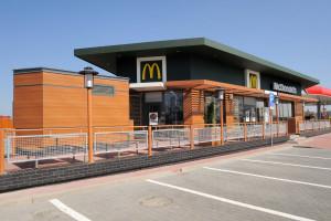 Nalot służb specjalnych na burgerownię w nowej reklamie McDonald's (wideo)
