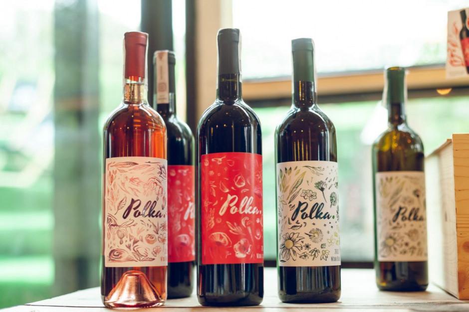 Właściciele winnicy Srebrna Góra obserwują odbiór win w restauracjach