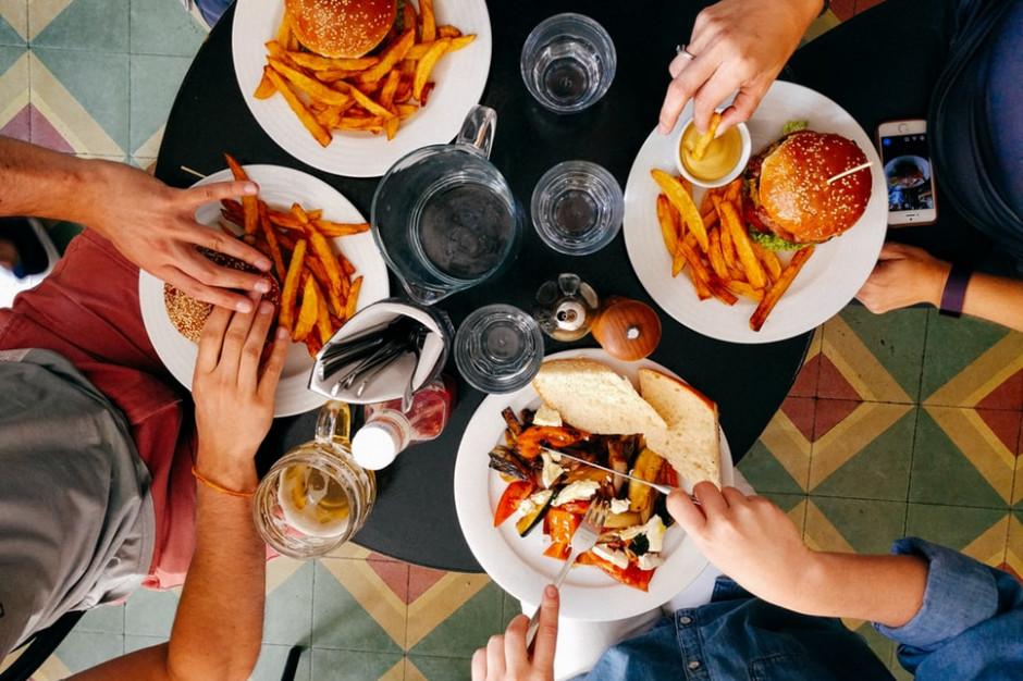 Ponad 50 proc. społeczeństwa zaczyna ograniczać wydatki na jedzenie poza domem