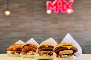 MAX Premium Burgers wprowadza Smokey Chipotle