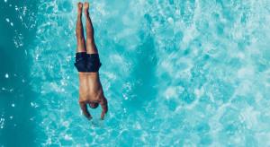 Na Balearach wprowadzono kary za skakanie do basenu z hotelowych balkonów