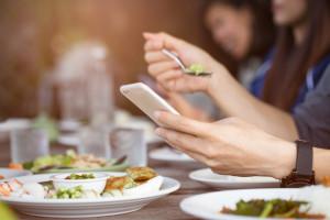 Restauracja wypowiedziała wojnę telefonom. Urządzenia trafiają... za kratki
