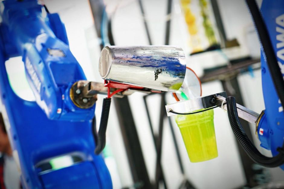 Pierwszy robotyczny barman serwuje drinki w pubie w Tokio