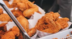 Rekordową liczbę 1,4 mld skrzydełek kurczaka zjedli Amerykanie w weekend Super Bowl