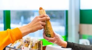 Roślinne hot dogi dotarły do Żabki. Będą oddzielone na rollerze od mięsnych