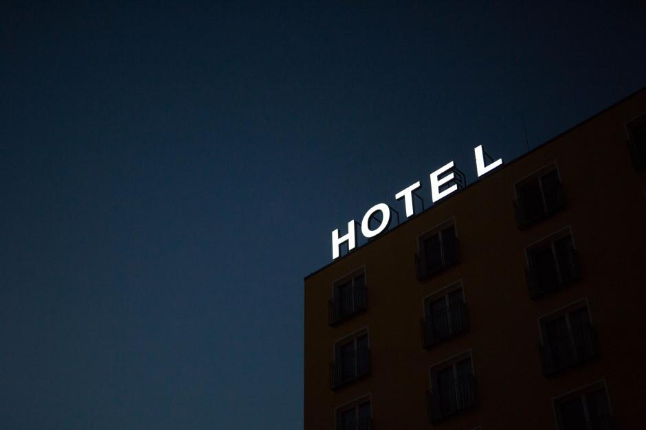 Premier: podjęto decyzję o zamknięciu hoteli i miejsc noclegowych