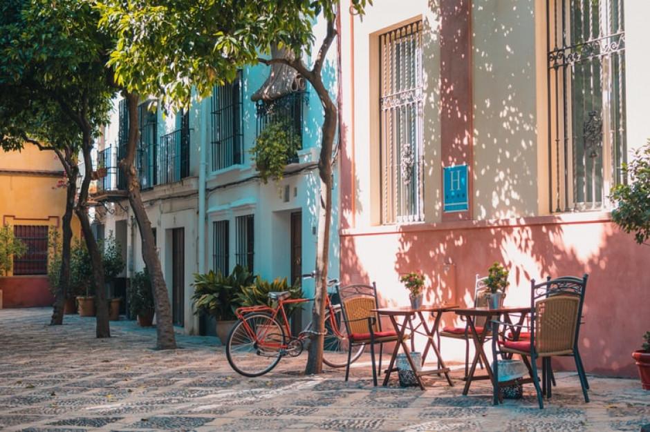 Hiszpania łagodzi obostrzenia i otwiera lokale gastronomiczne