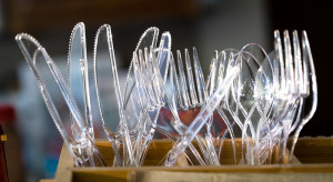 Nie ma obowiązku używania jednorazowych sztućców w gastronomii