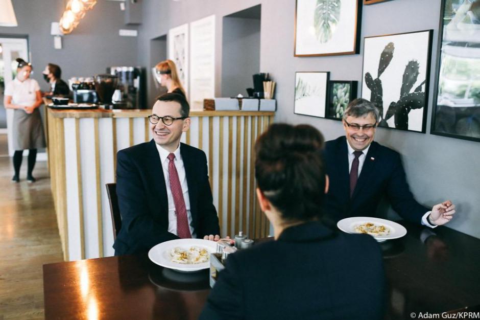 Premier krytykowany za wizytę w kawiarni bez maseczki