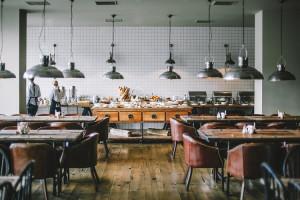 """""""Bezpieczne miejsce do jedzenia w czasach COVID-19. Porady dla branży gastronomicznej"""" już w drodze do restauracji"""