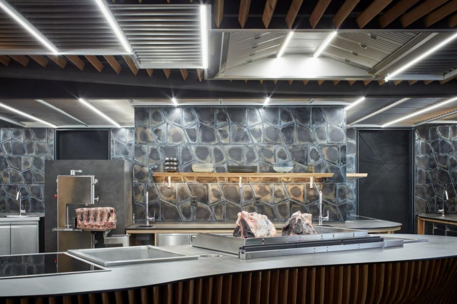 W Czechach otwarto restaurację Steak Restaurant w miejscu po warsztacie samochodowym