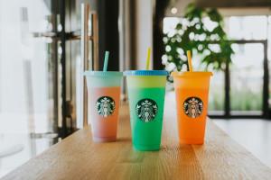Starbucks: nowe frappuccino i kubki zmieniające kolor