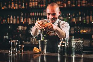 Koktajlowy savoir vivre. 5 rad jak zachować się przy barze