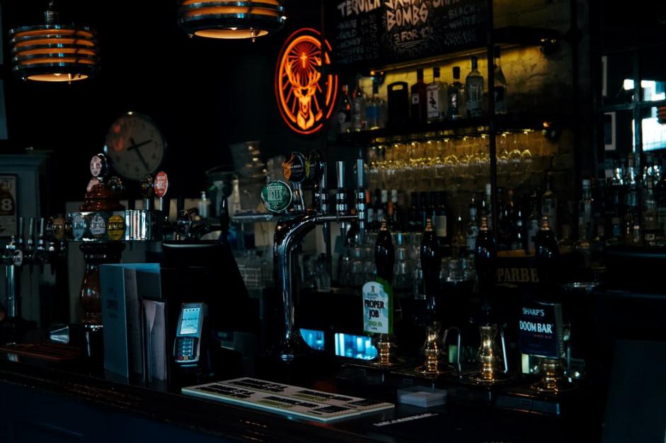W Anglii nakaz zamykania pubów, barów i restauracji o godz. 22