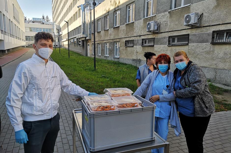 Kucharze z Olivii Star Top przygotują posiłki dla szpitala