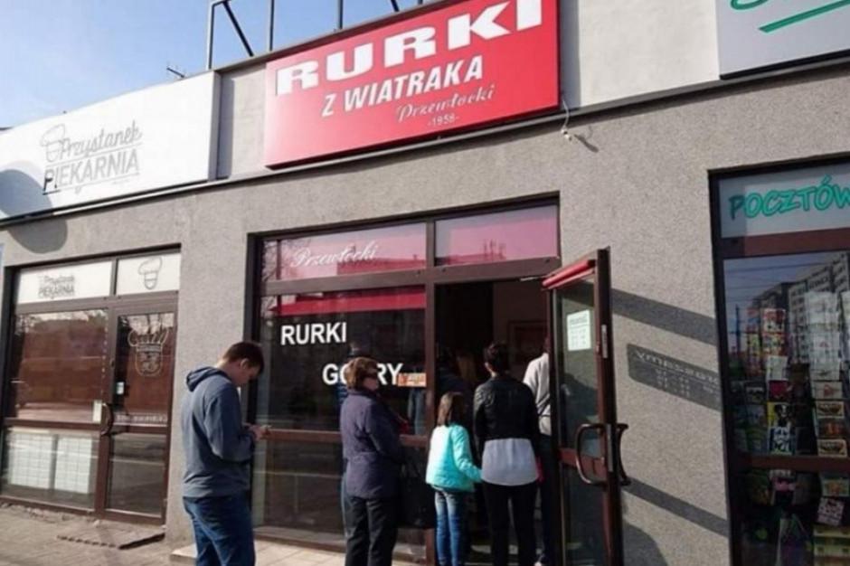 Po apelu setki osób ruszyły kupić rurki z bitą śmietaną w najstarszym punkcie cukierniczym w Warszawie