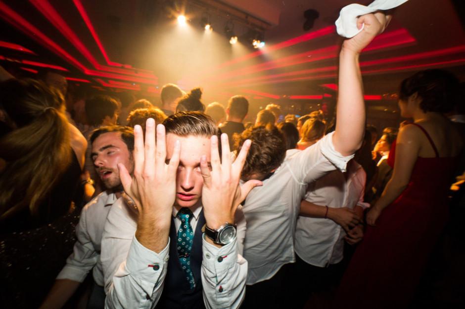 Czechy: nielegalne imprezy w klubach i restauracjach