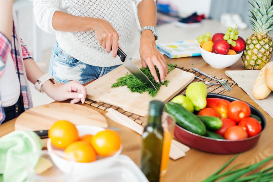 Polacy starają się wdrażać w życie swoje deklaracje dotyczące zdrowego odżywiania (badanie)
