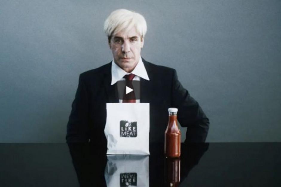 Wokalista Rammsteina  promuje warzywne burgery (wideo)