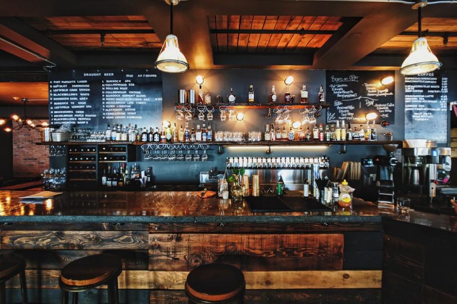 Otwarcie baru w USA skończyło się zarażeniem SARS-CoV-2 46 osób