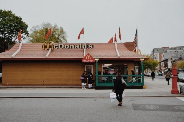 McDonald's podwyższa pensję, abyprzyciągnąć pracowników