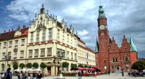 Pełne ogródki restauracyjne na rynku we Wrocławiu