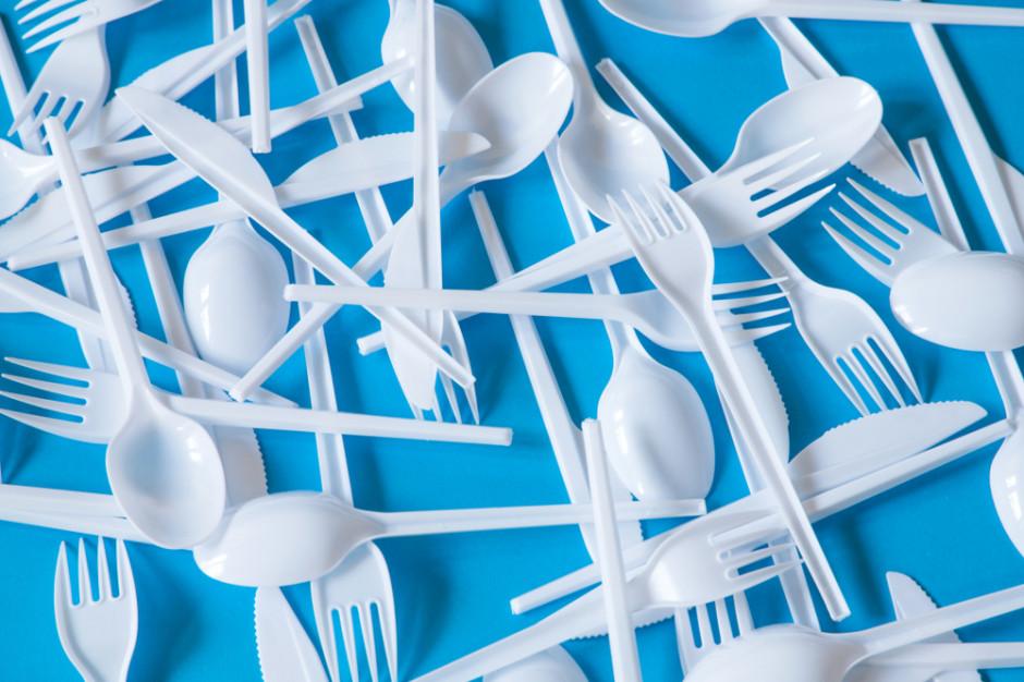 Trwają prace nad wycofywaniem plastikowych sztućców, słomek i talerzy
