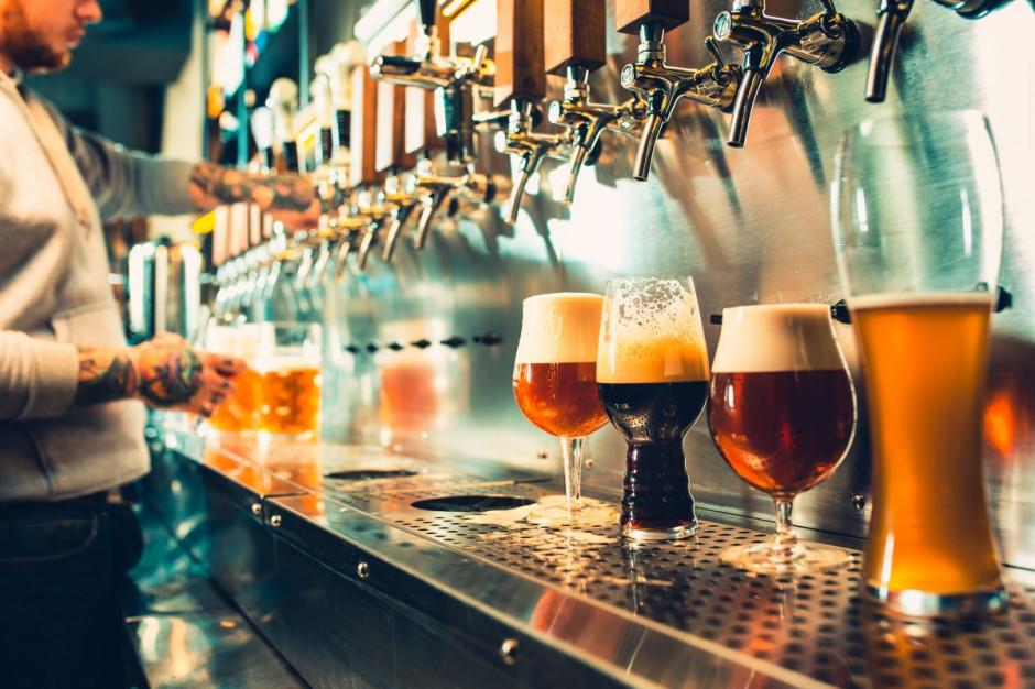 Bary i restauracje podebrały sklepom koncesje na alkohol
