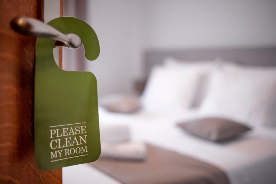 Wakacje 2021 - hotele zaczynają sezon z limitami i długiem