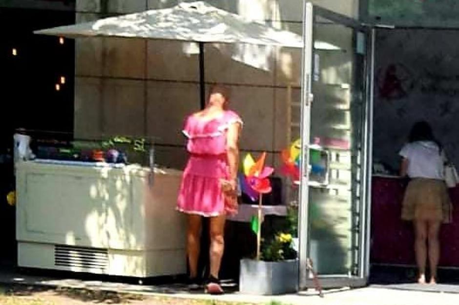 Kradzież w lodziarni. Mężczyzna w sukience zabrał 4 kg lodów