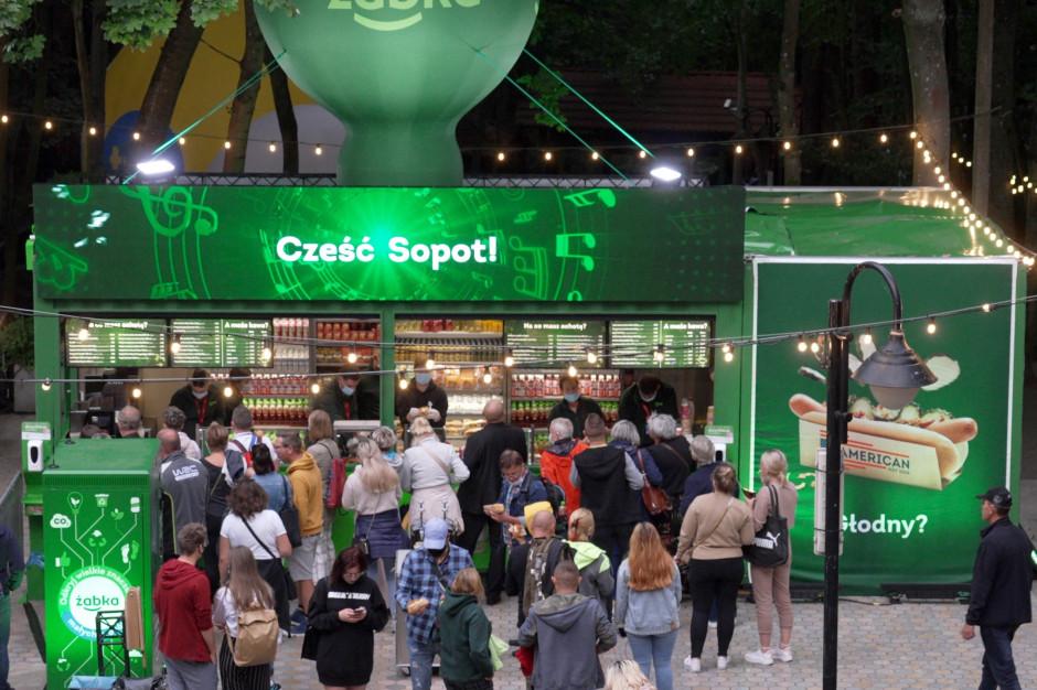 Hot dogi i kawa z mobilnych Żabek na festiwalach
