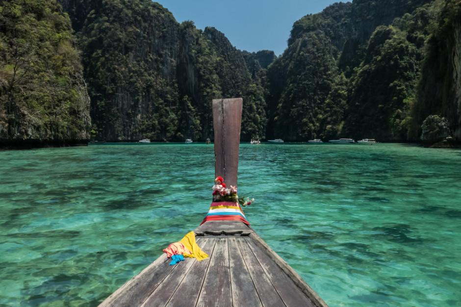 Tajlandia rozluźnia epidemiczne restrykcje i wznawia loty krajowe