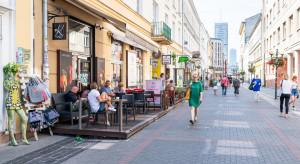 Ulice handlowe w dużych miastach gastronomią stoją (analiza)